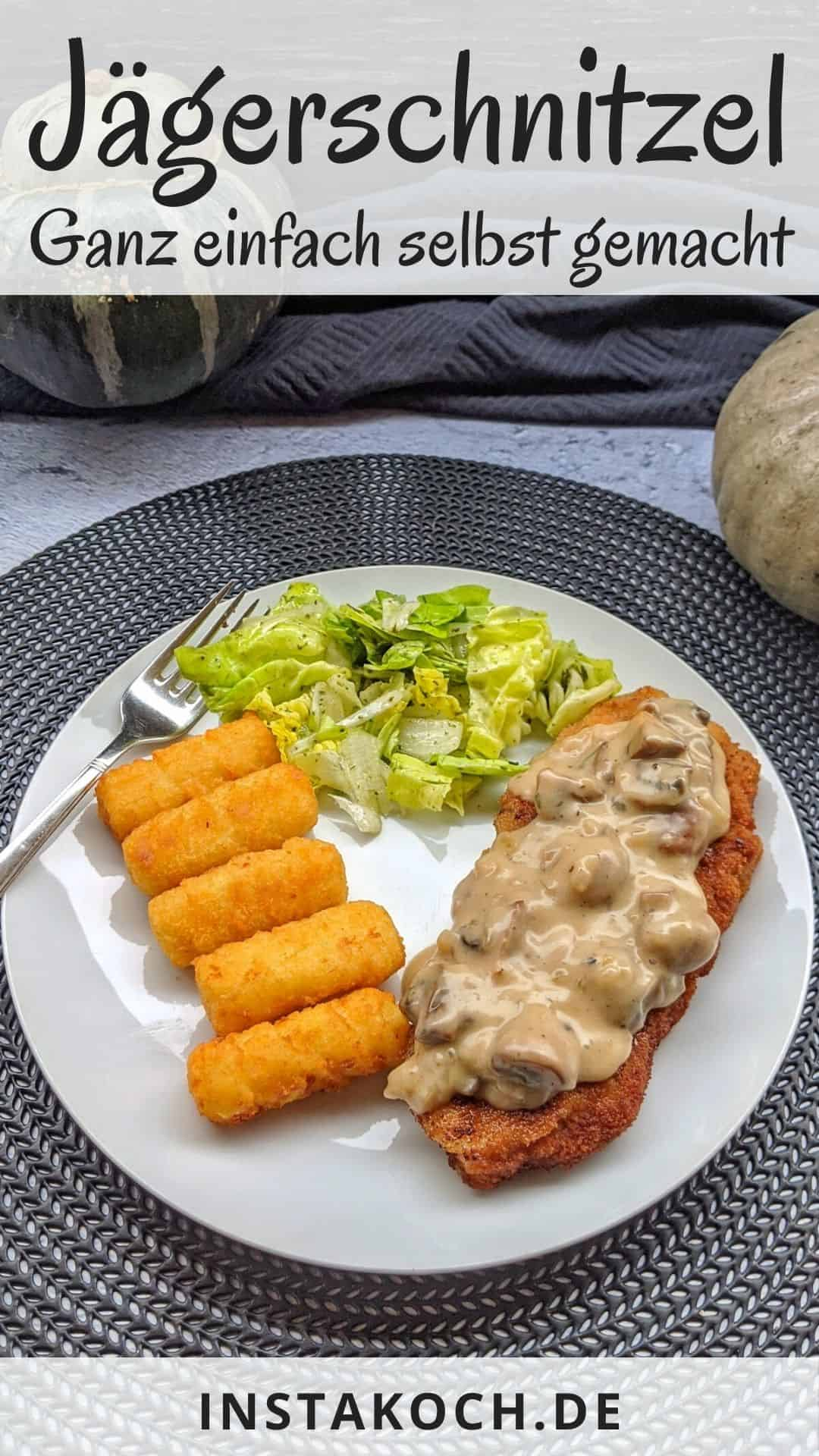 Ein weisser Teller mit einem Jägerschnitzel, Kroketten und Salat.