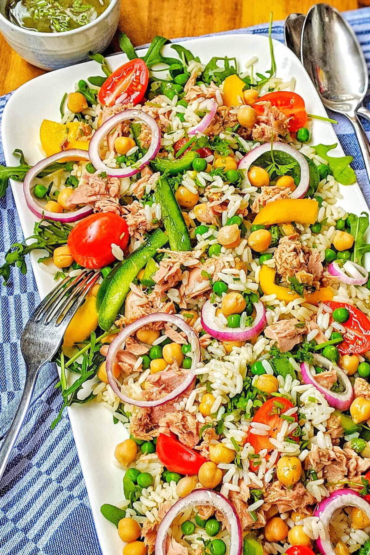 Ein Serviertablett mit Reissalat