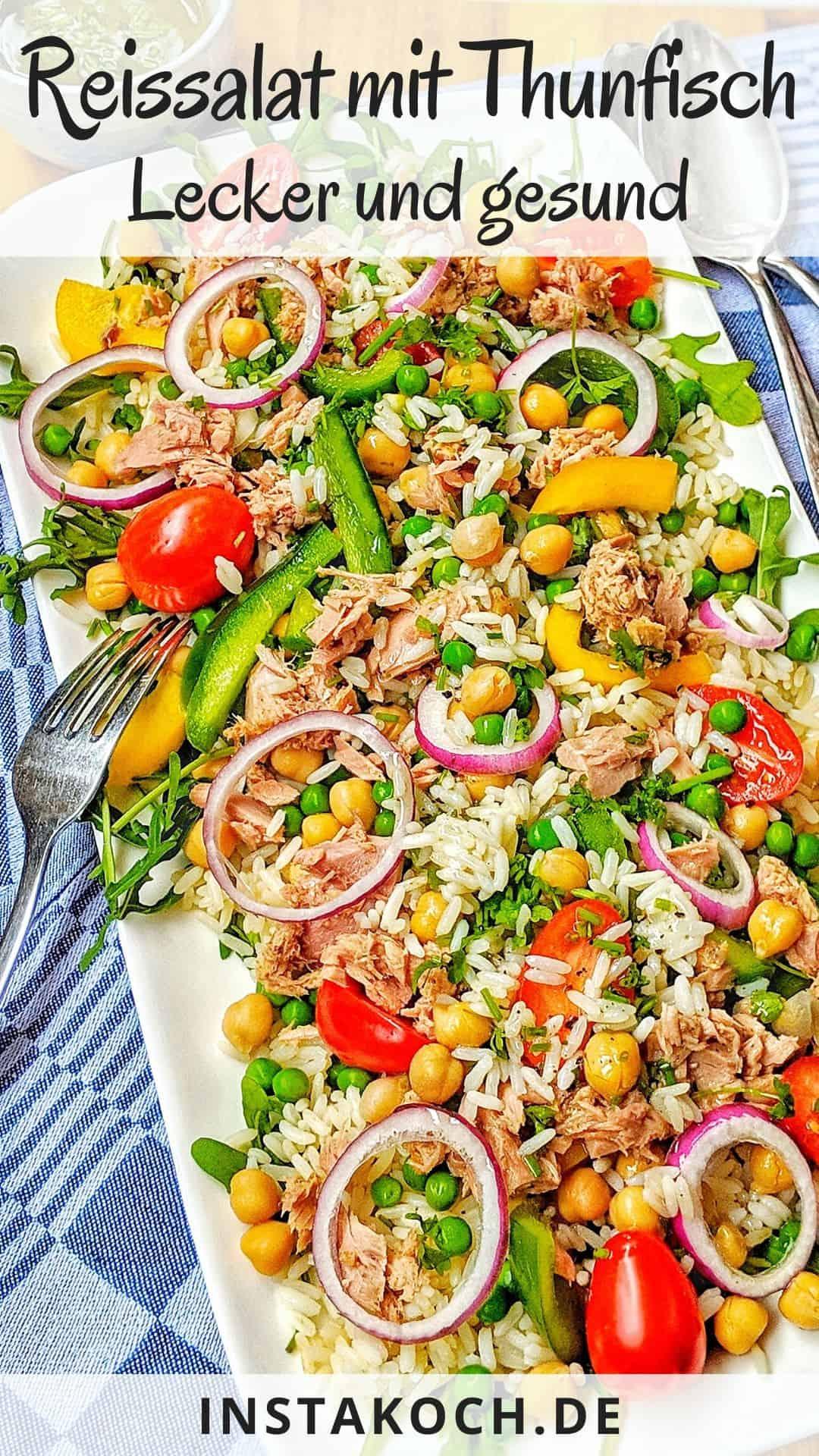 Eine Servierplatte mit Reissalat und Besteck
