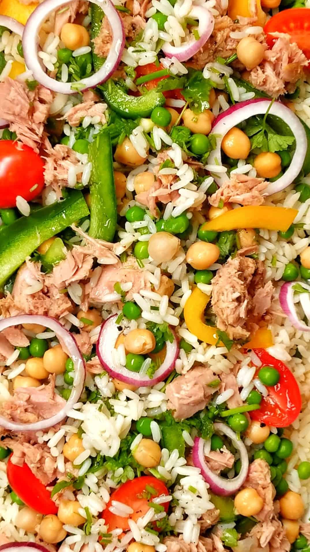 Eine Nahaufnahme der Zutaten des Reissalat.