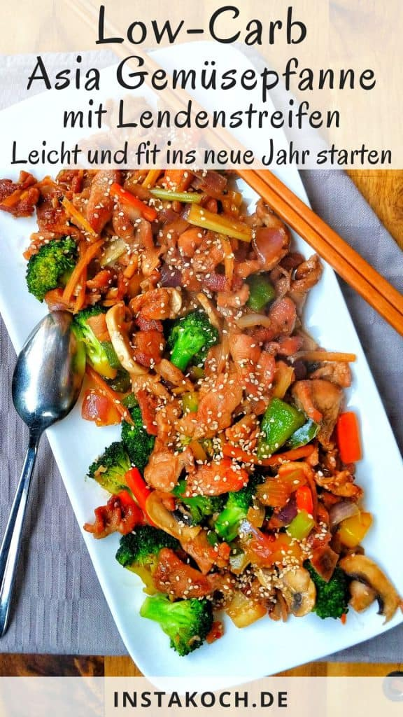 Eine Servierplatte mit asiatisch gebratenem Schweinefleisch mit verschiedenen Gemüsesorten