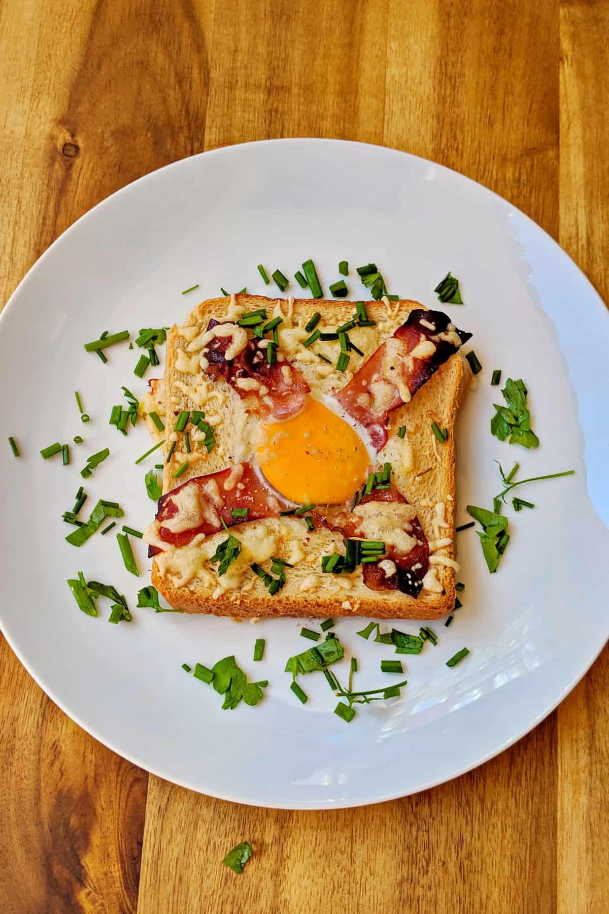 Eine überbackene Toastscheibe auf einem weissen Teller.