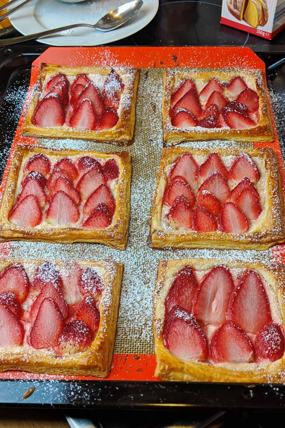Erdbeer Blätterteig Teilchen auf einer Backmatte