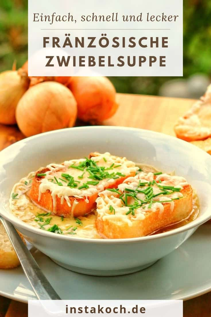 Einen Teller mit Zwiebelsuppe und Deko im Hintergrund.