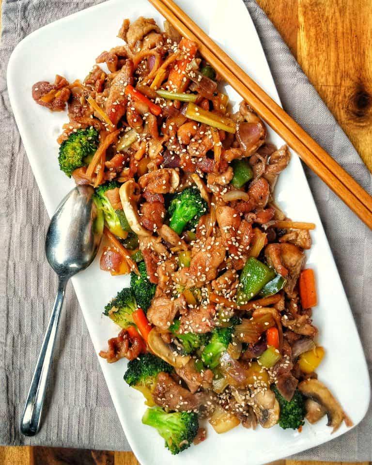 Asiatisch gebratenes Schweinefleisch mit verschiedenen Gemüsesorten