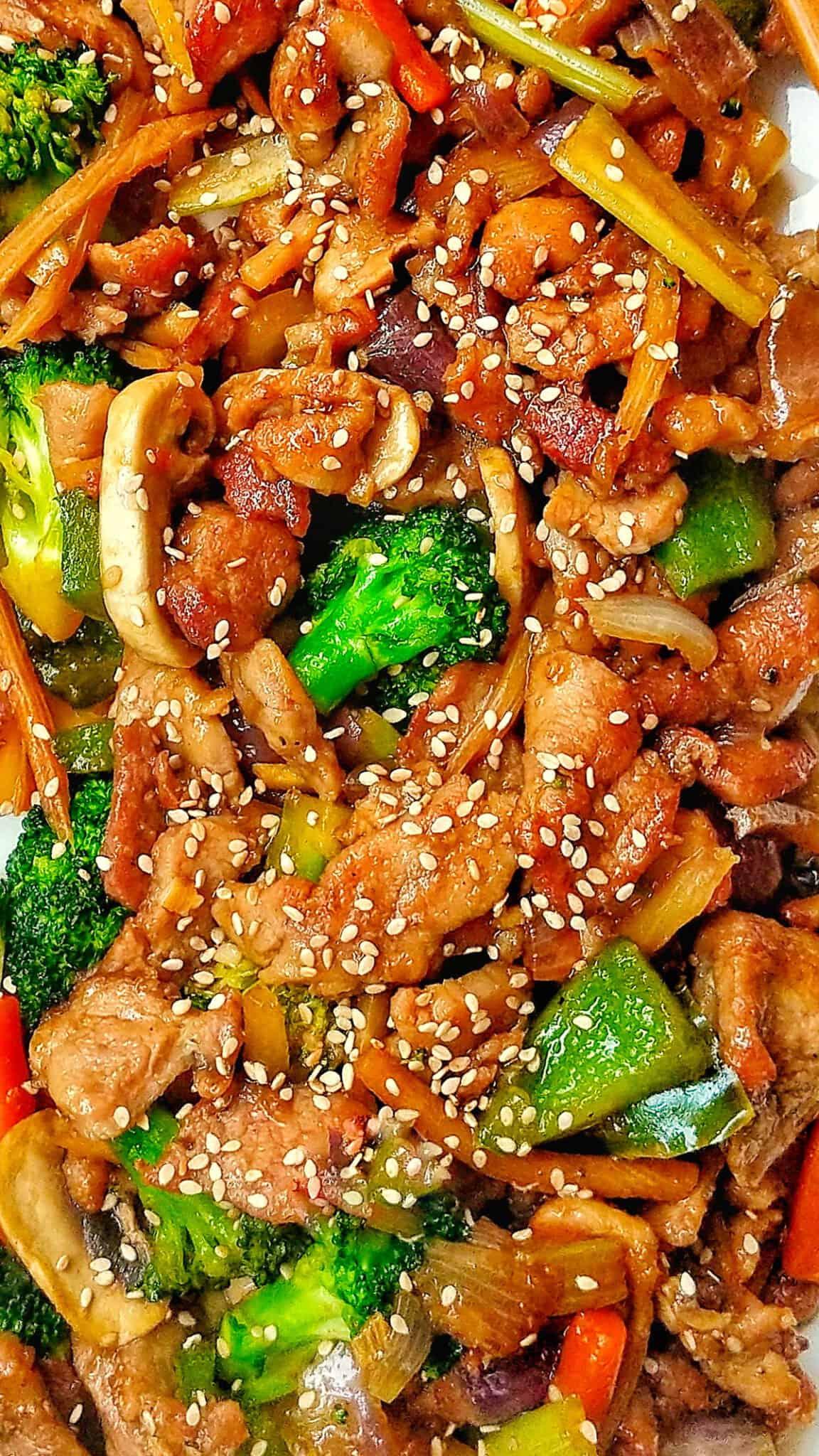 Eine Nahaufnahme vom asiatisch gebratenen Schweinefleisch mit verschiedenen Gemüsesorten.
