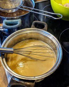 Ein Topf in dem die Soße für die Königsberger Klopse zubereitet wird