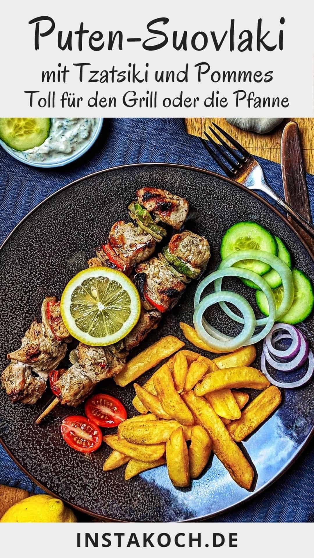 Ein dunkler Teller mit Souvláki Spießen, Pommes und einer Salatgarnitur. Darüber ein Schälchen mit Tsatsiki.