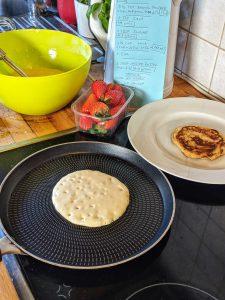 Eine Pfanne in der ein Pancake gebacken wird.