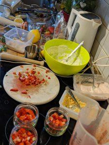 Zubereitung des Erdbeerbechers in der Küche
