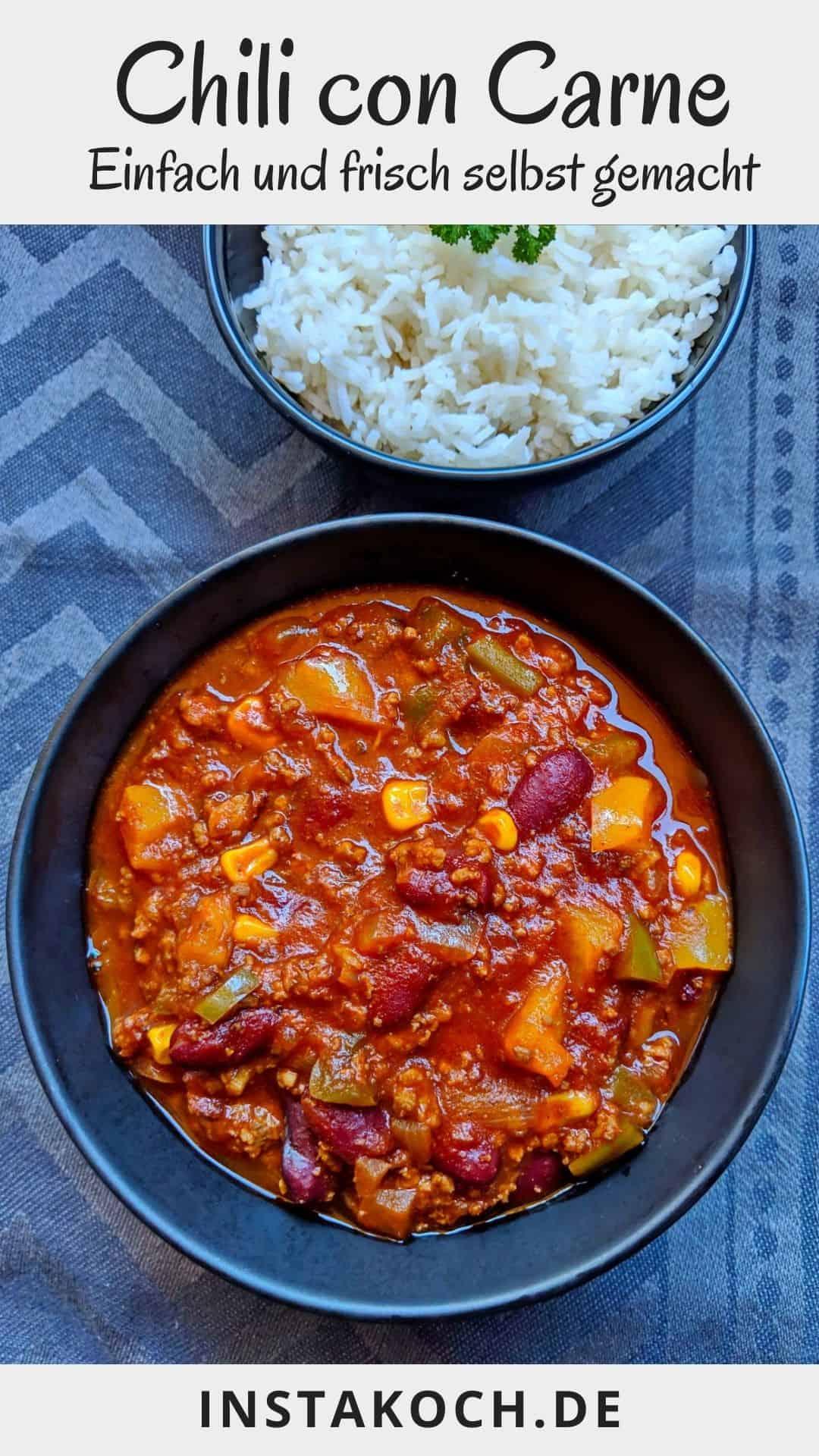 Eine Schüssel Chili con Carne und eine Schüssel mit Reis.