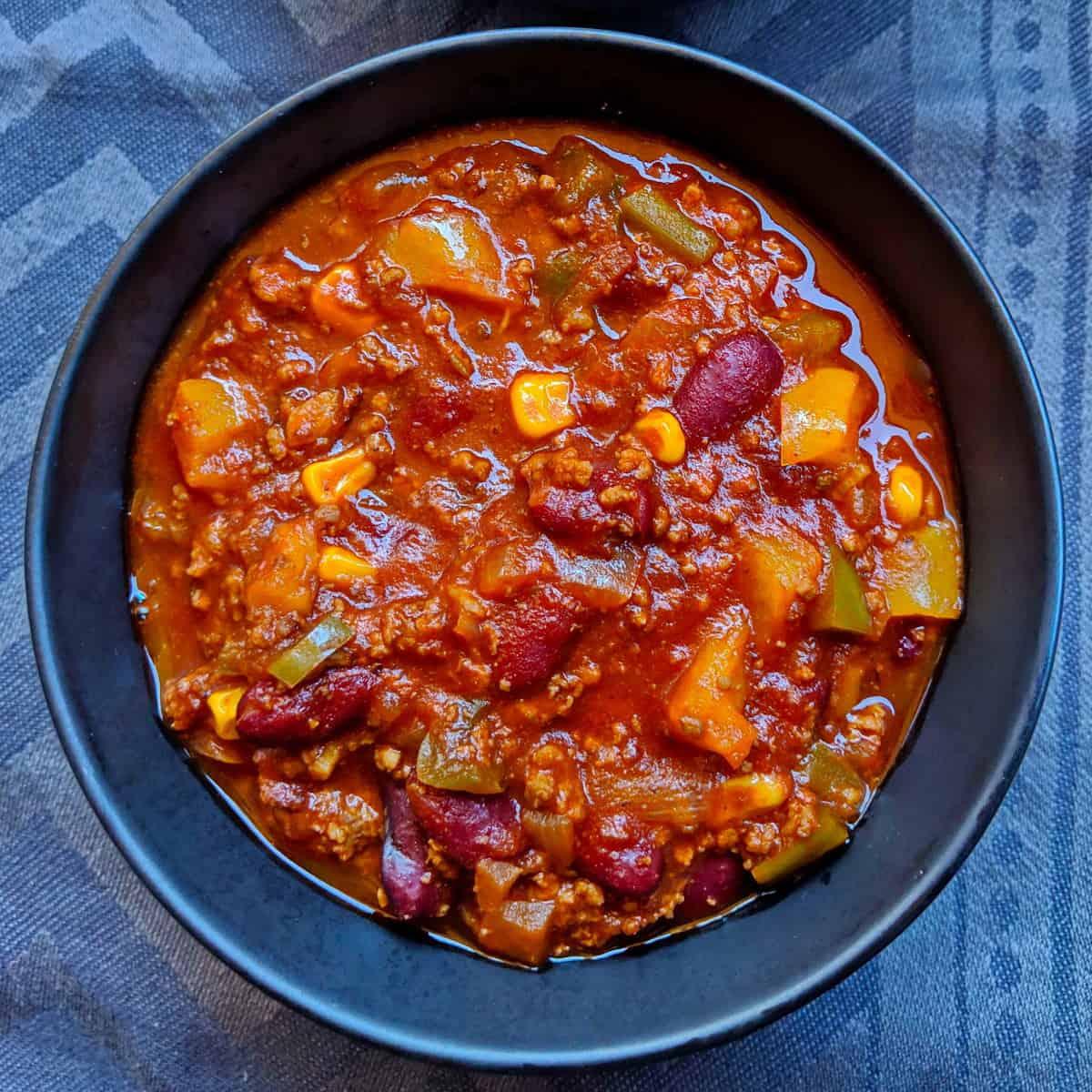 Eine Schüssel mit Chili con Carne.