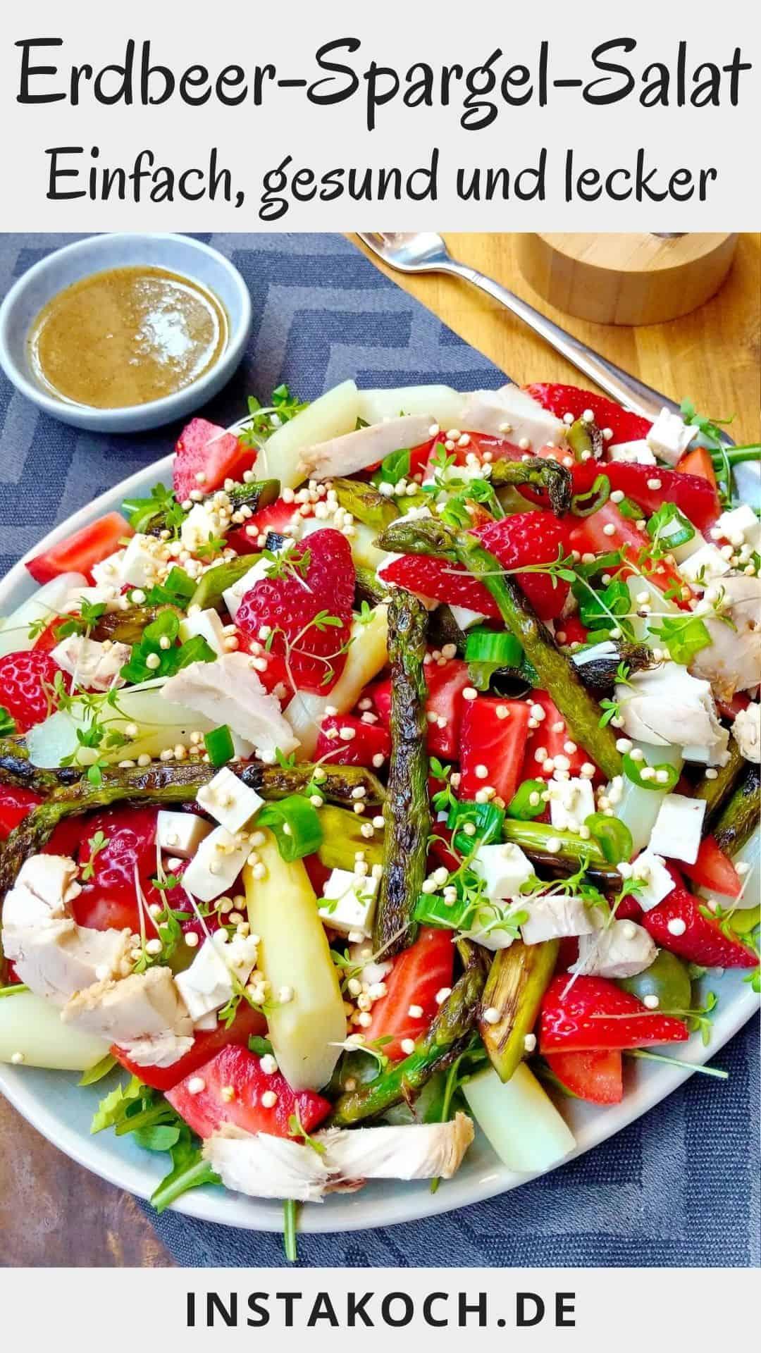 Eine Schale mit Erdbeer-Spargel-Salat. Darüber ein Schälchen mit Honig-Senf-Dressing.