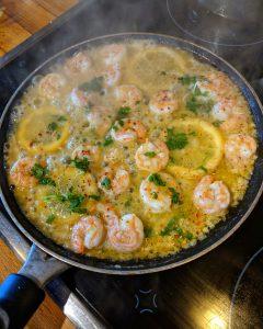 Zubereitung der Knoblauch-Butter-Shrimp Pasta in einer Pfanne.