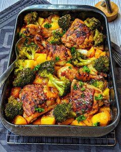 Honey-garlic Chicken mit Brokkoli und Kartoffeln aus dem Ofen