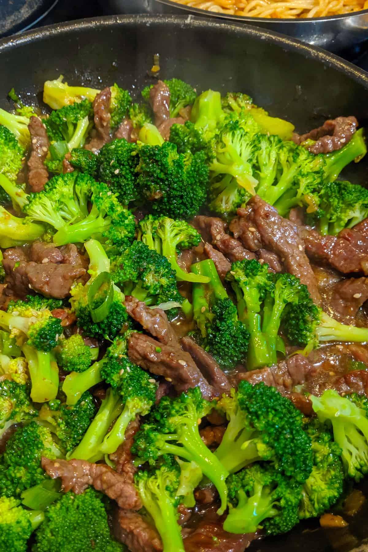 Eine Pfanne mit Beef and Broccoli.