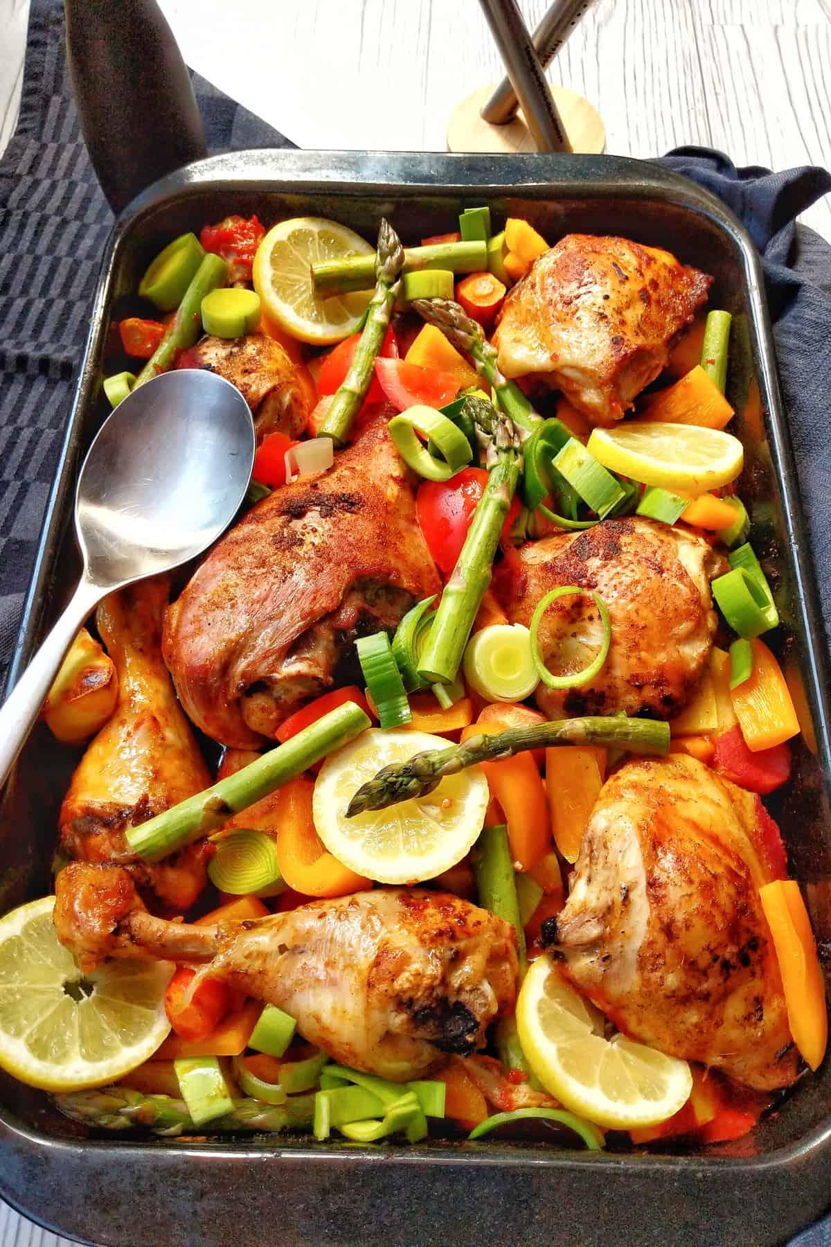 Eine Auflaufform mit Geflügel mit Kartoffeln und Gemüse aus dem Ofen