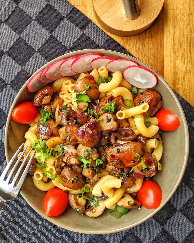 Eine Schale mit Pasta und Pilzen.