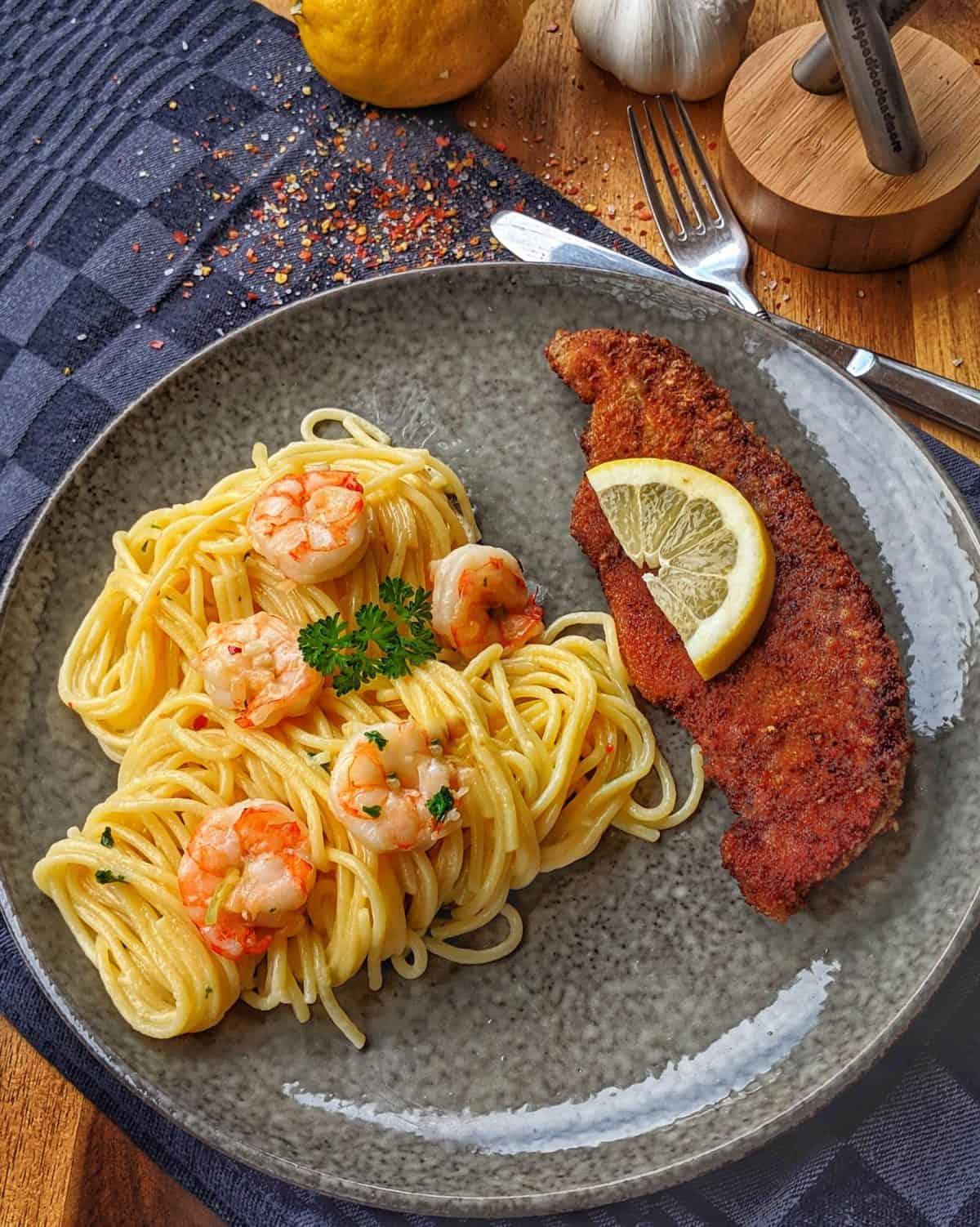 Spaghetti Aglio Olio mit Scampi und Parmesanschnitzel