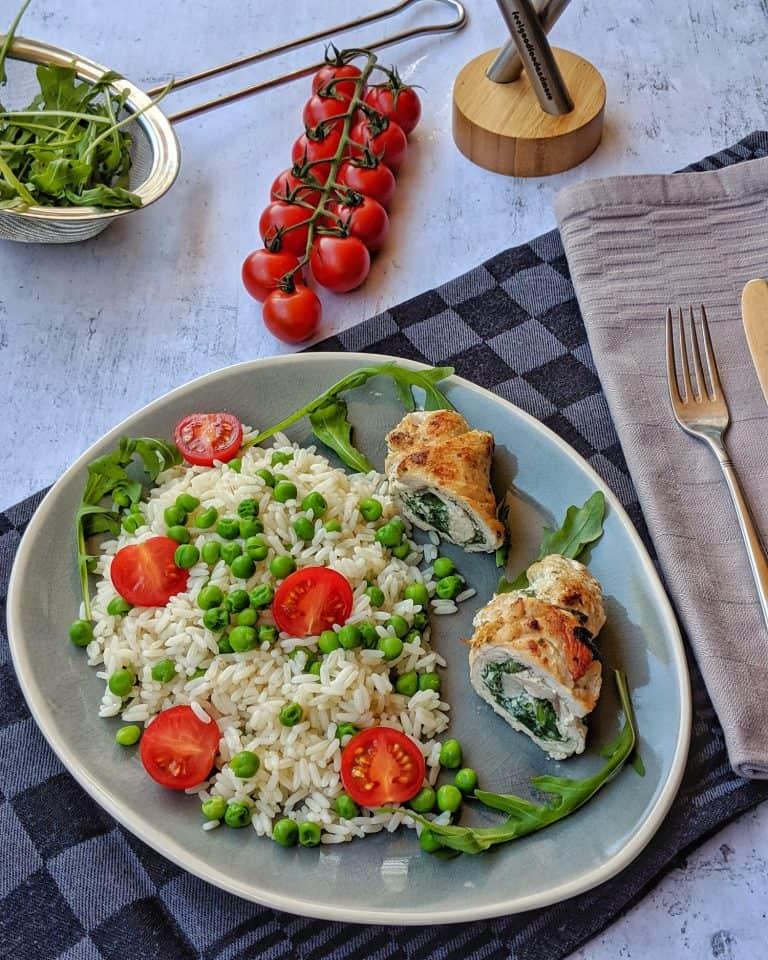 Putenrouladen mit Spinat-Ricotta Füllung auf gebuttertem Erbsen-Tomatenreis