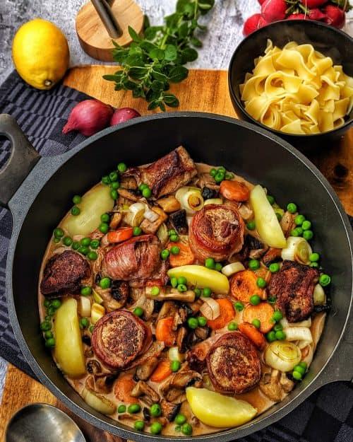 Medaillons mit Bacon und buntem Gemüse in Senfsoße