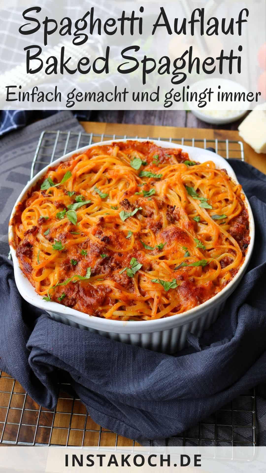 Eine Auflaufform mit baked Spaghetti einem Spaghetti Auflauf. Aussenrum Deko.