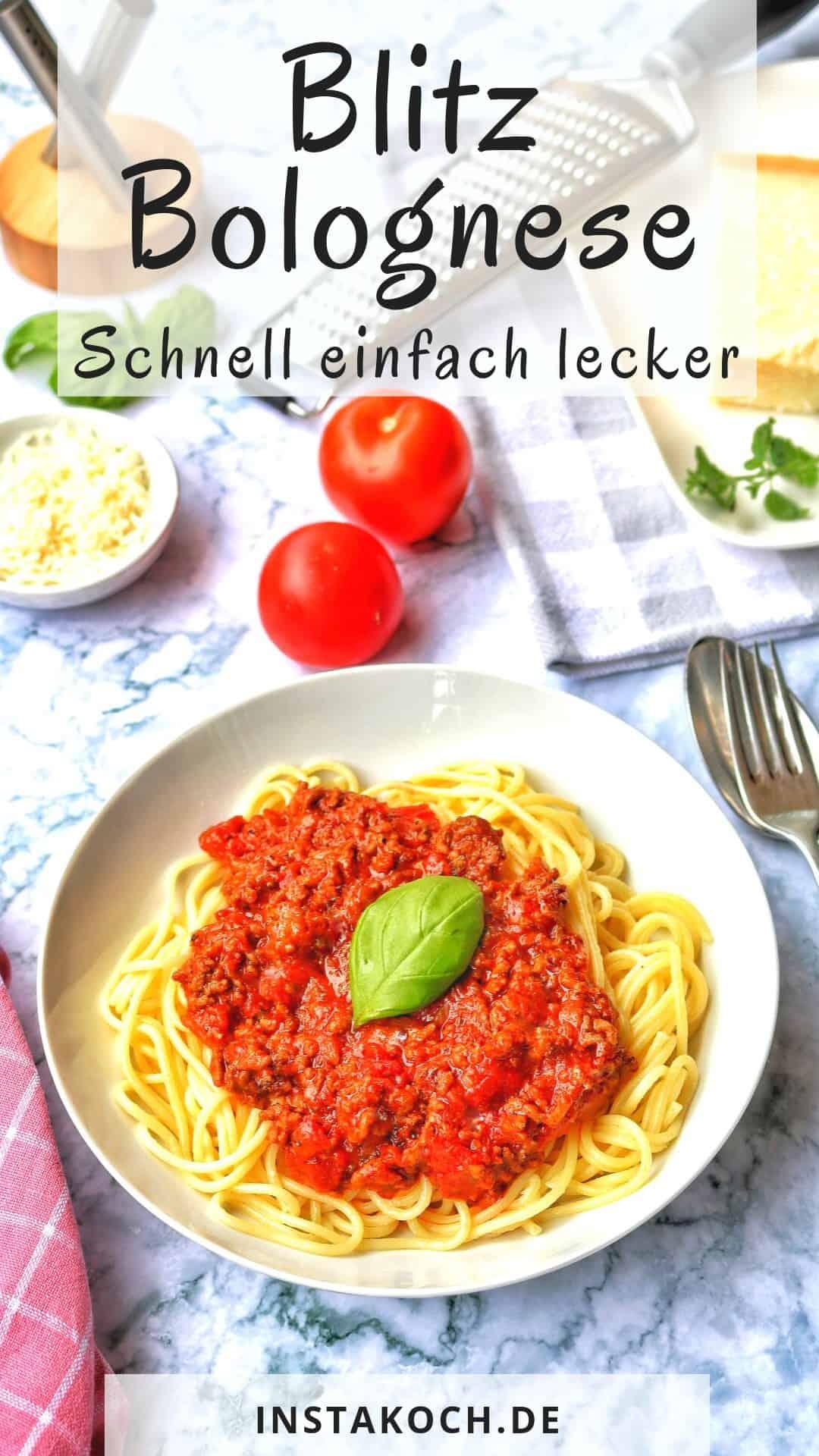 Ein Teller mit Blitz Spaghetti Bolognese. Im Hintergrund Deko.