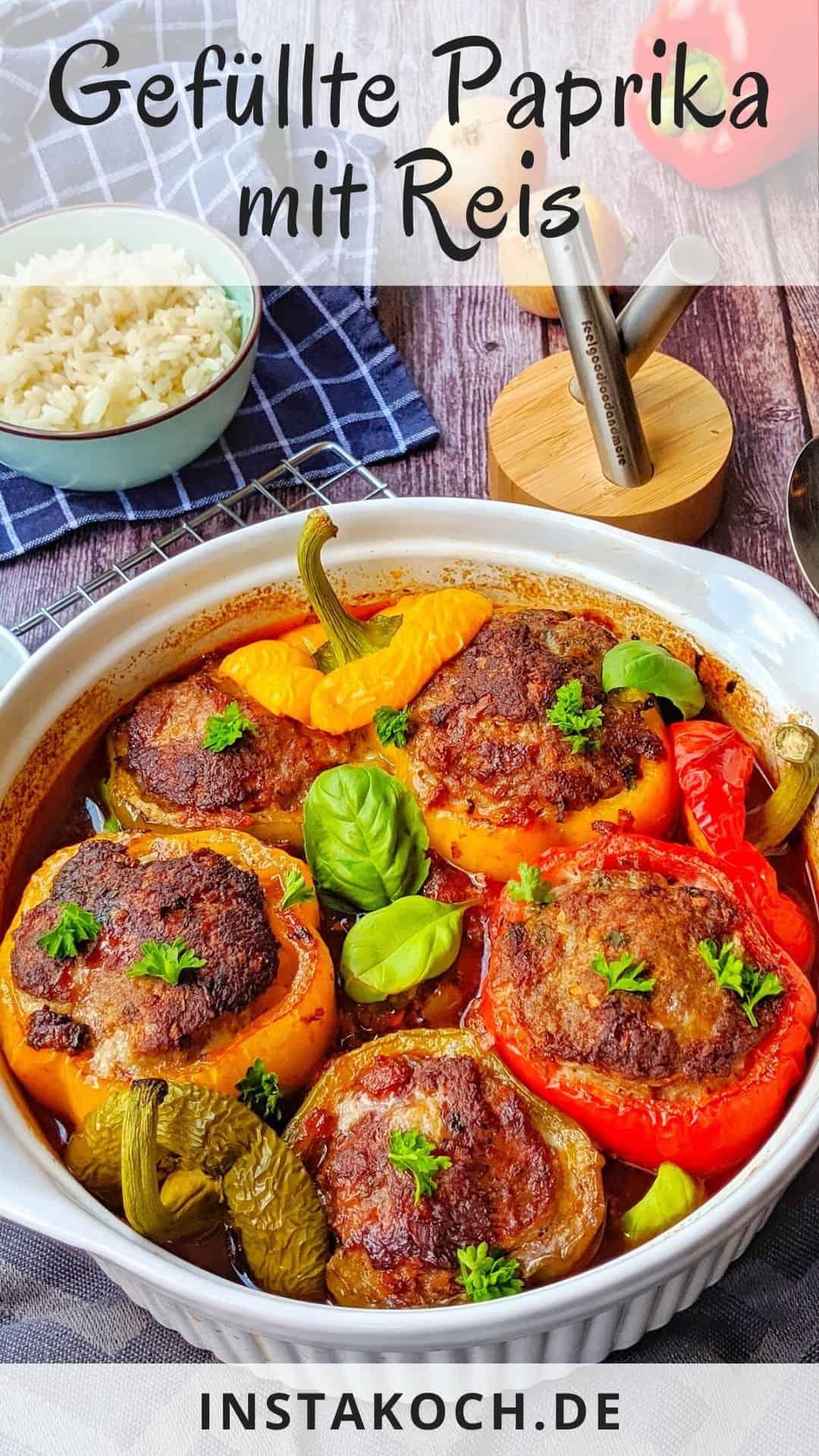 Eine runde Auflaufform mit gefüllten Paprika, im Hintergrund Reis und Deko.