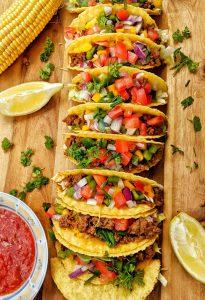 Tacos gefüllt mit Hackfleisch, Salat und Gemüse