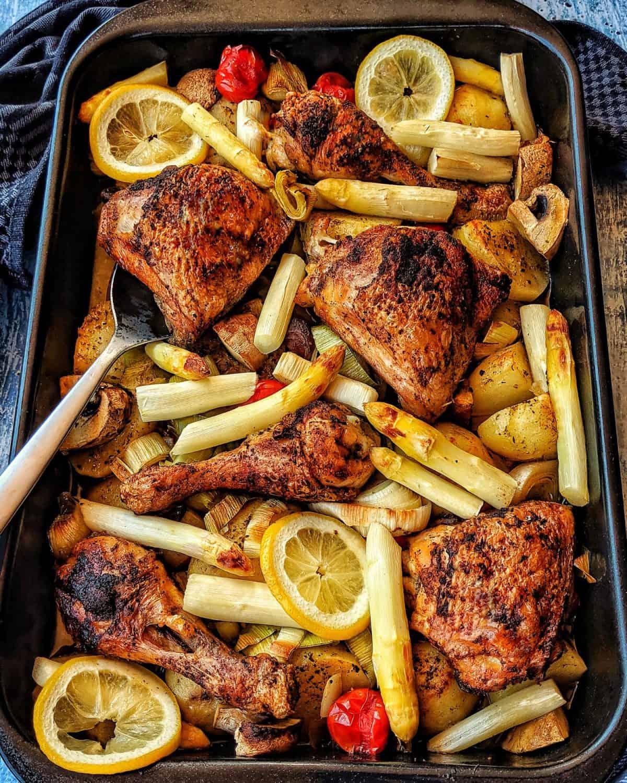 Hähnchenpfanne mit Kartoffeln, Spargel und Gemüse aus dem Ofen