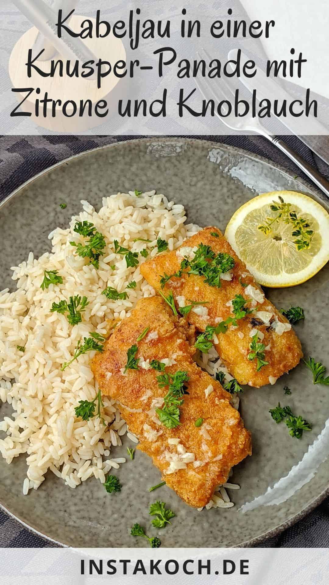 Panierter Fisch mit Reis auf einem dekorativen Teller.