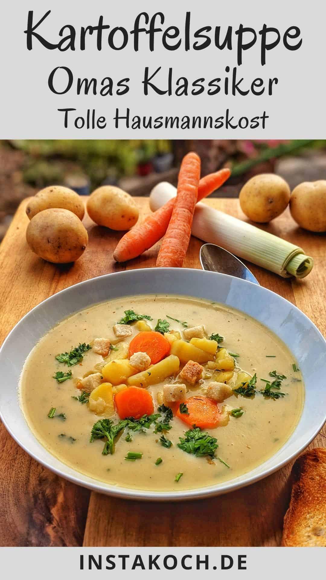 Ein tiefer Teller mit Kartoffelsuppe und im Hintergrund Gemüse als Dedko.