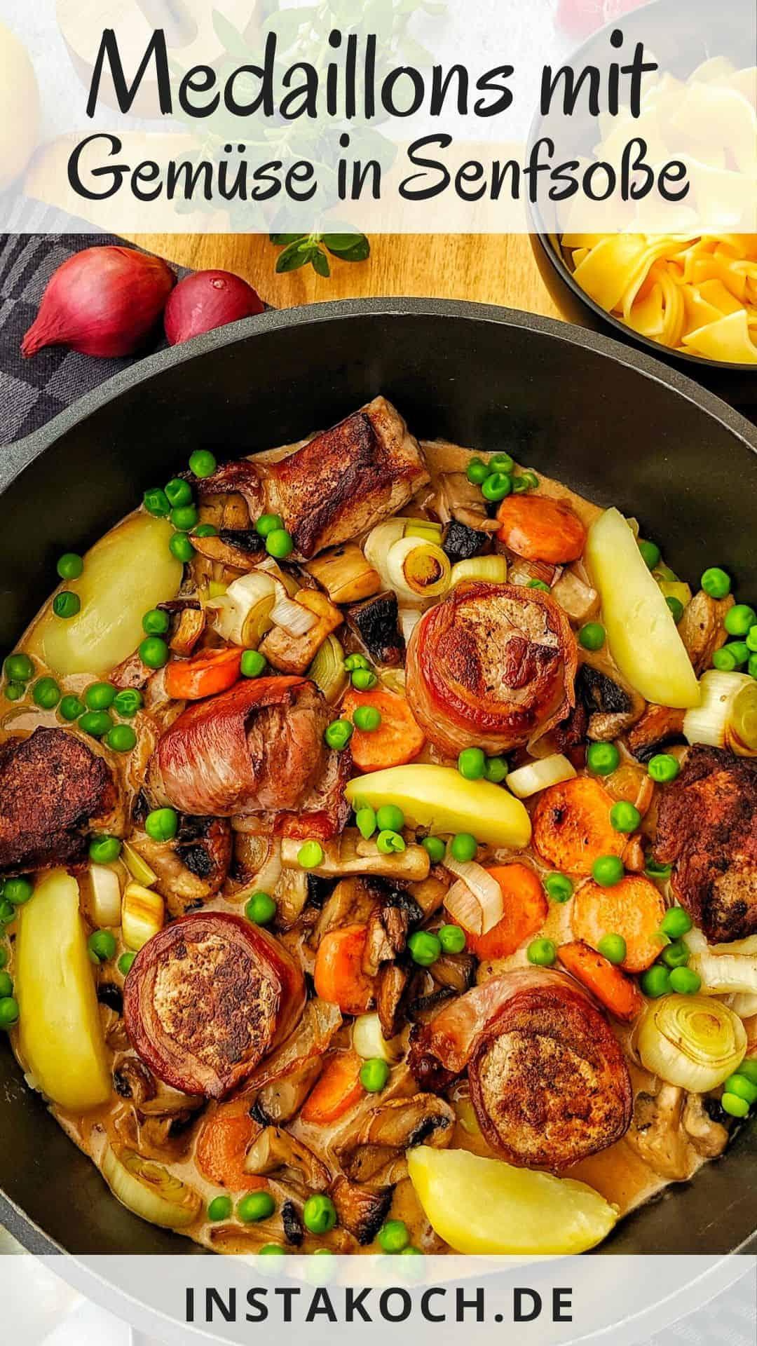 Eine Pfanne mit Medaillons mit Bacon und buntem Gemüse in Senfsoße