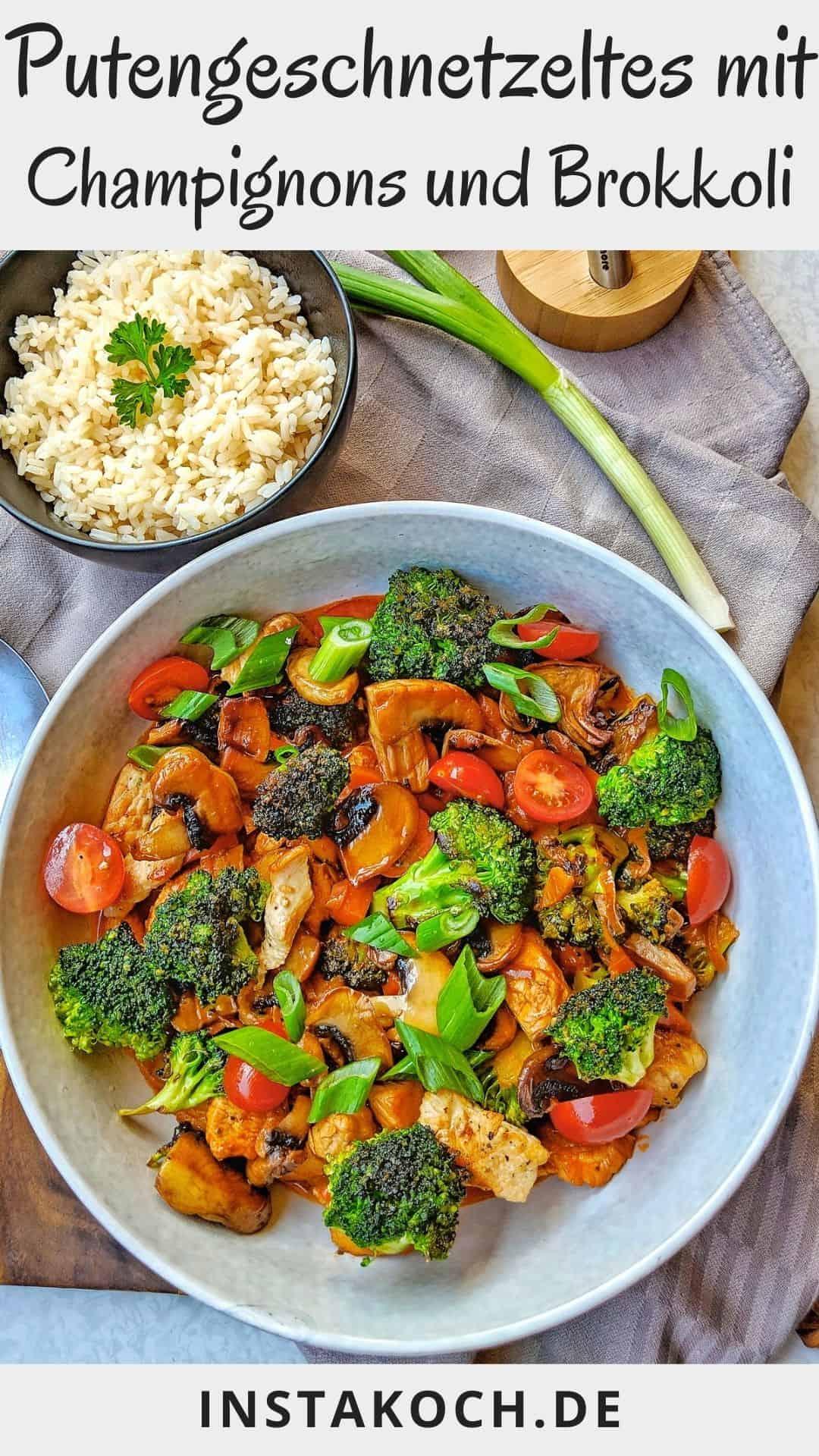 Ein tiefer Teller mit Putengeschnetzeltes mit Champignons und Brokkoli. Dahinter ein Schälchen mit Reis.