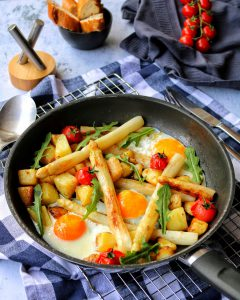 Spargel Kartoffel Pfanne mit Tomaten und Spiegelei
