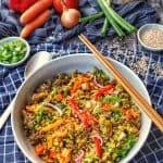 Eine grosse runde Schüssel mit Reis, Gemüse und Rinderhack. Daneben Deko.