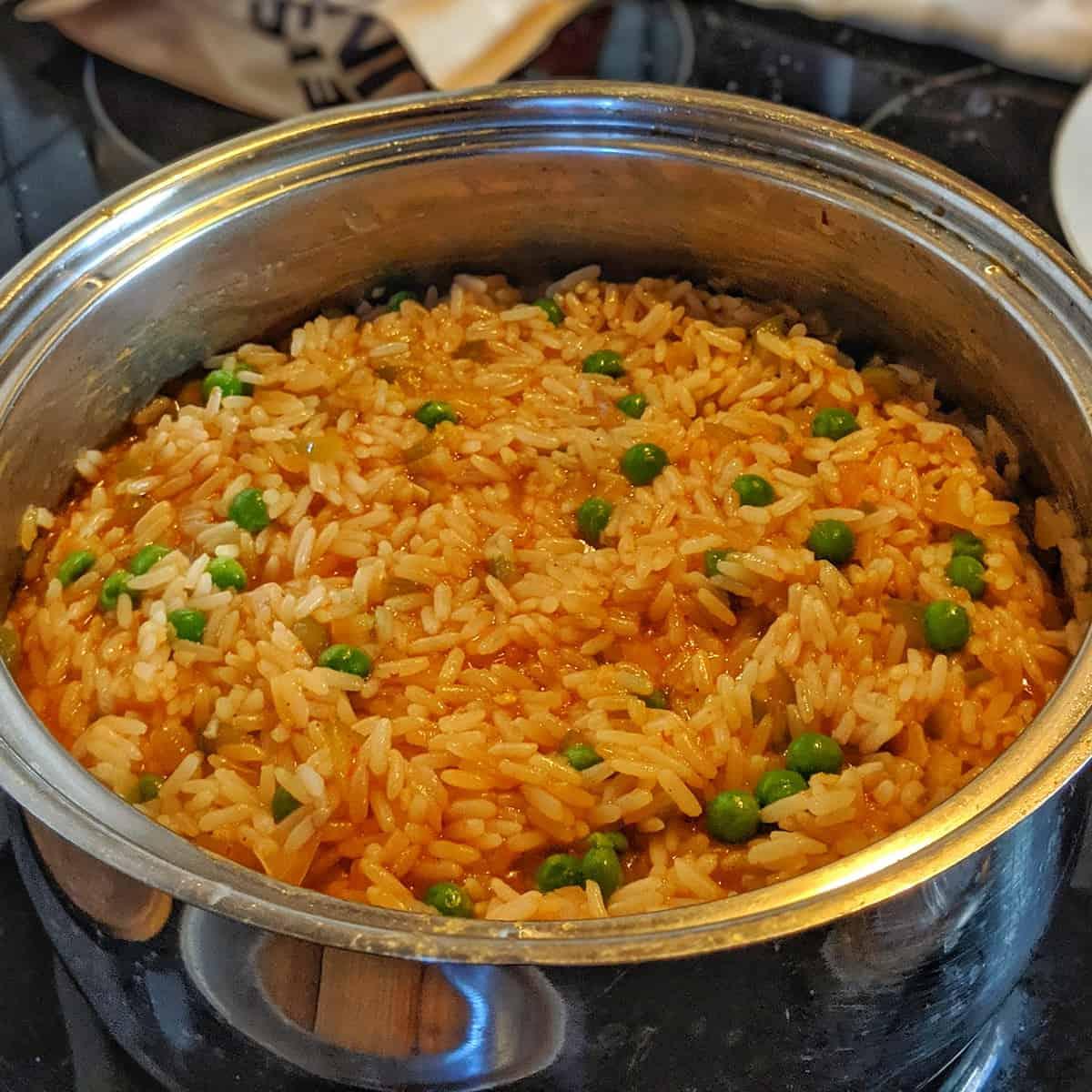Ein Topf mit Djuvec Reis.