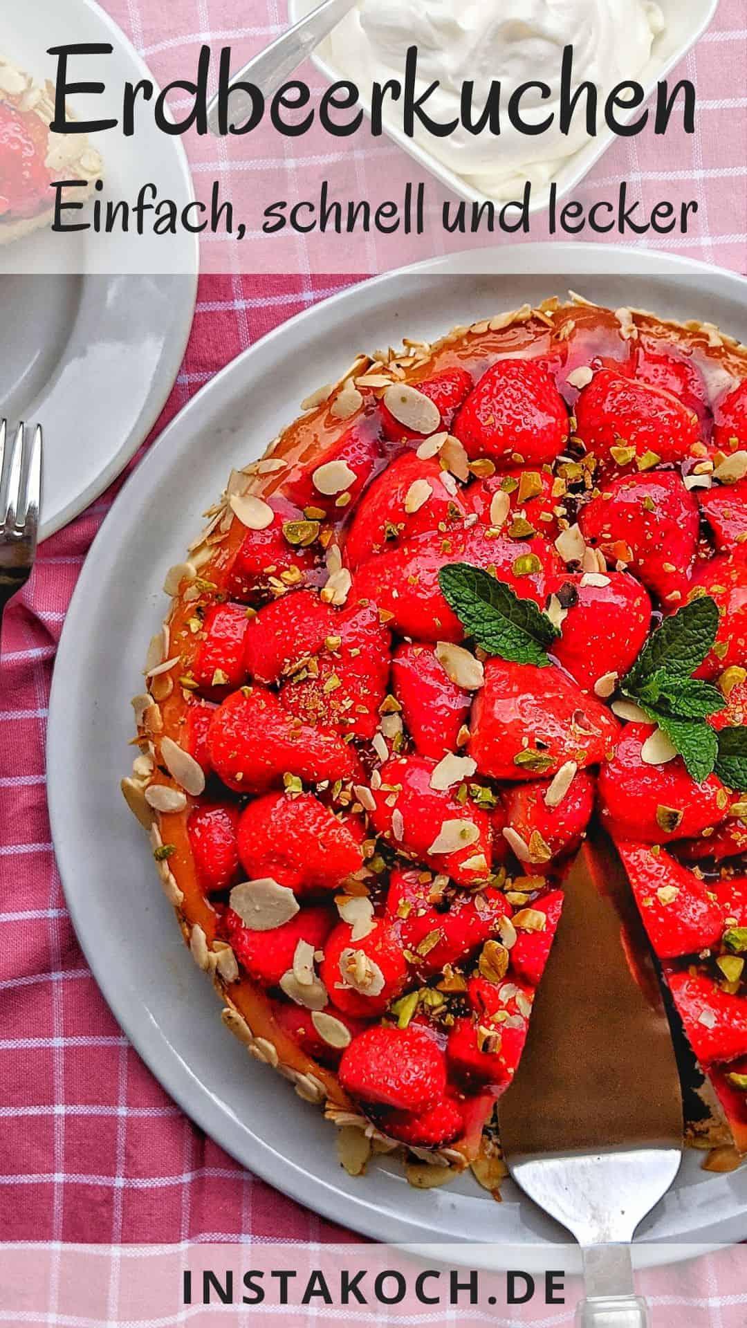 Ein heller Teller mit einem Erdbeerkuchen. Daneben eine Schale mit Schlagsahne und ein Teller mit einem Stück Kuchen.