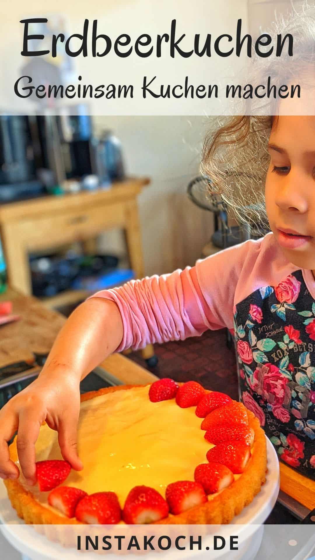 Ein Kind belegt den Tortenboden mit Erdbeeren.