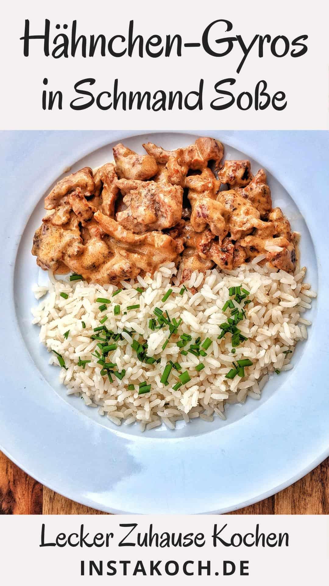 Ein weisser Teller mit Gyrosgeschnetzeltem in Schmandsoße mit Reis.