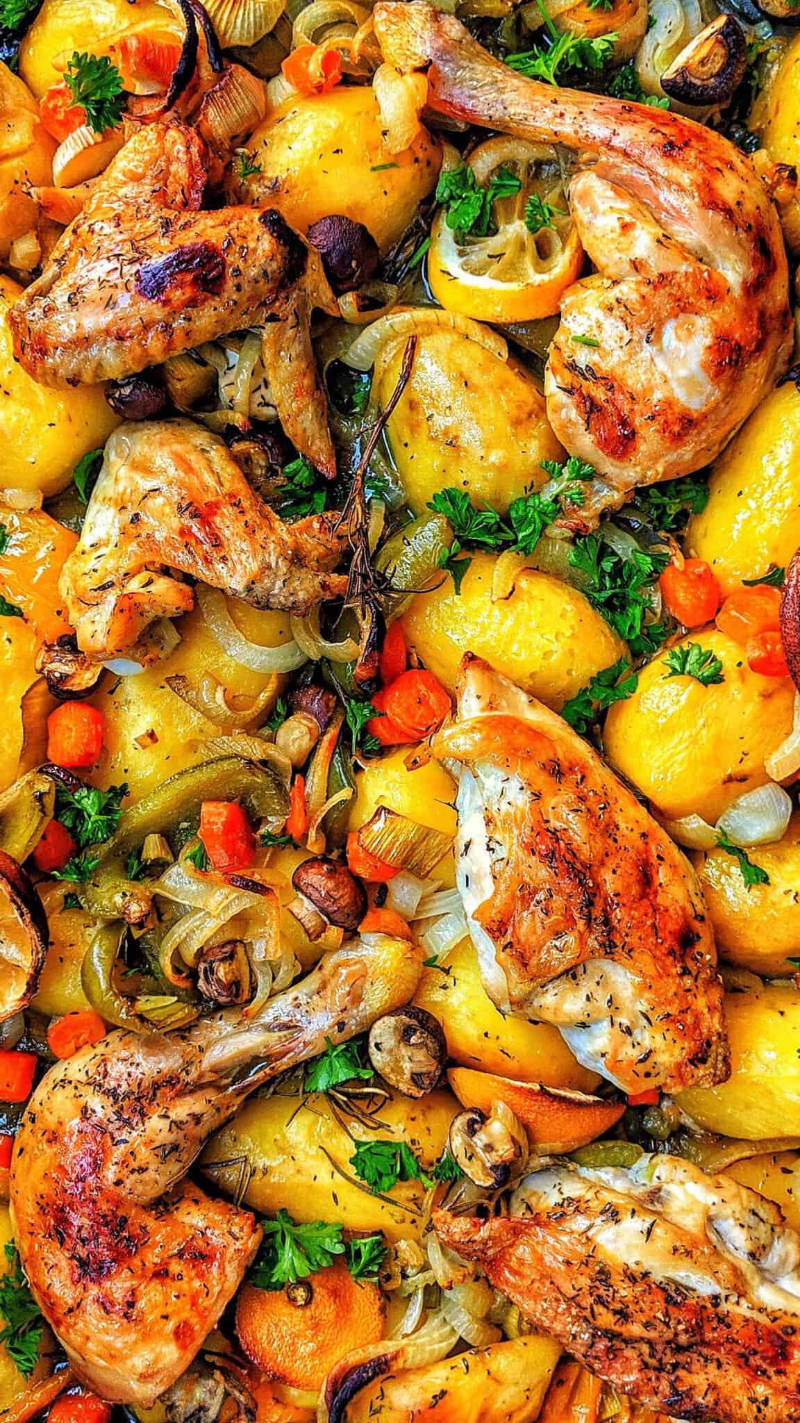 Eine Nahaufnahme von Hähnchen, Kartoffeln und Gemüse