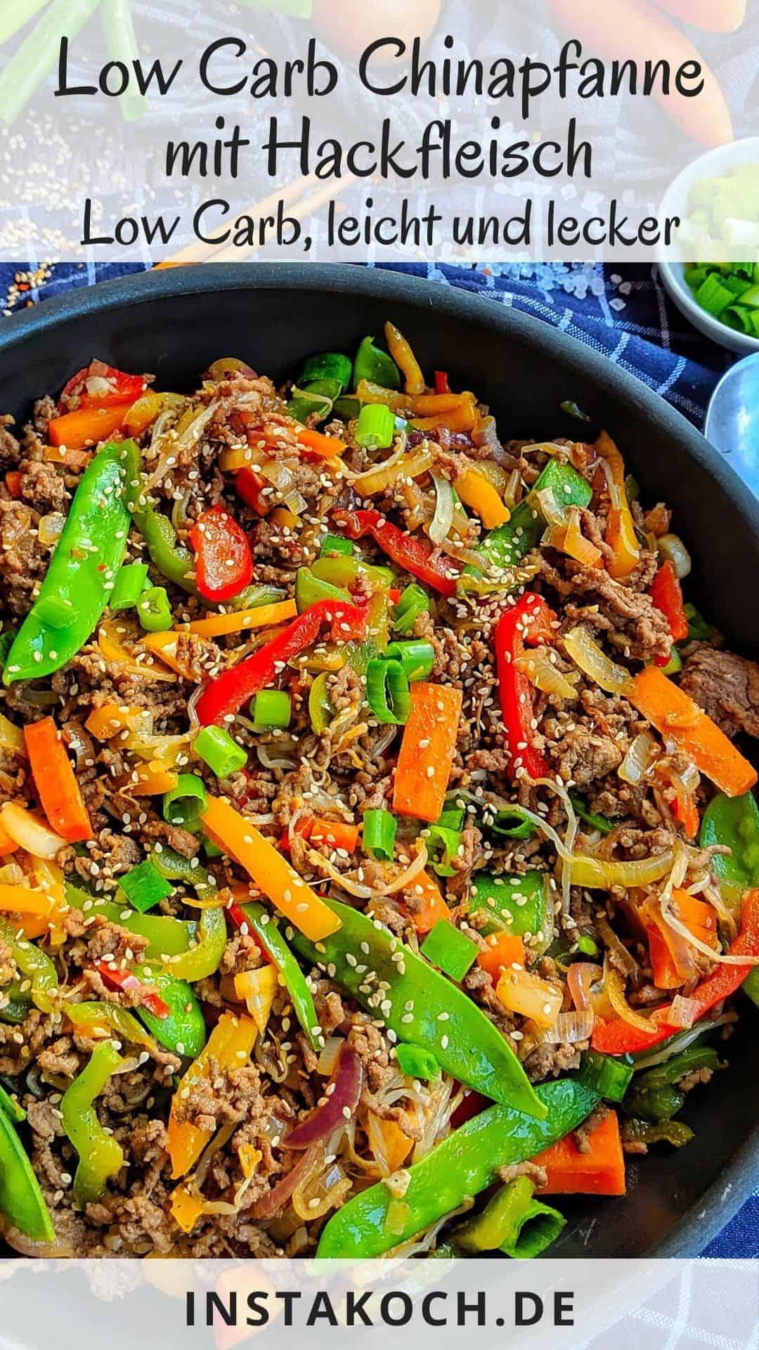 Eine Pfanne mit dem ReispfannenGericht mit Gemüse und Rinderhack,