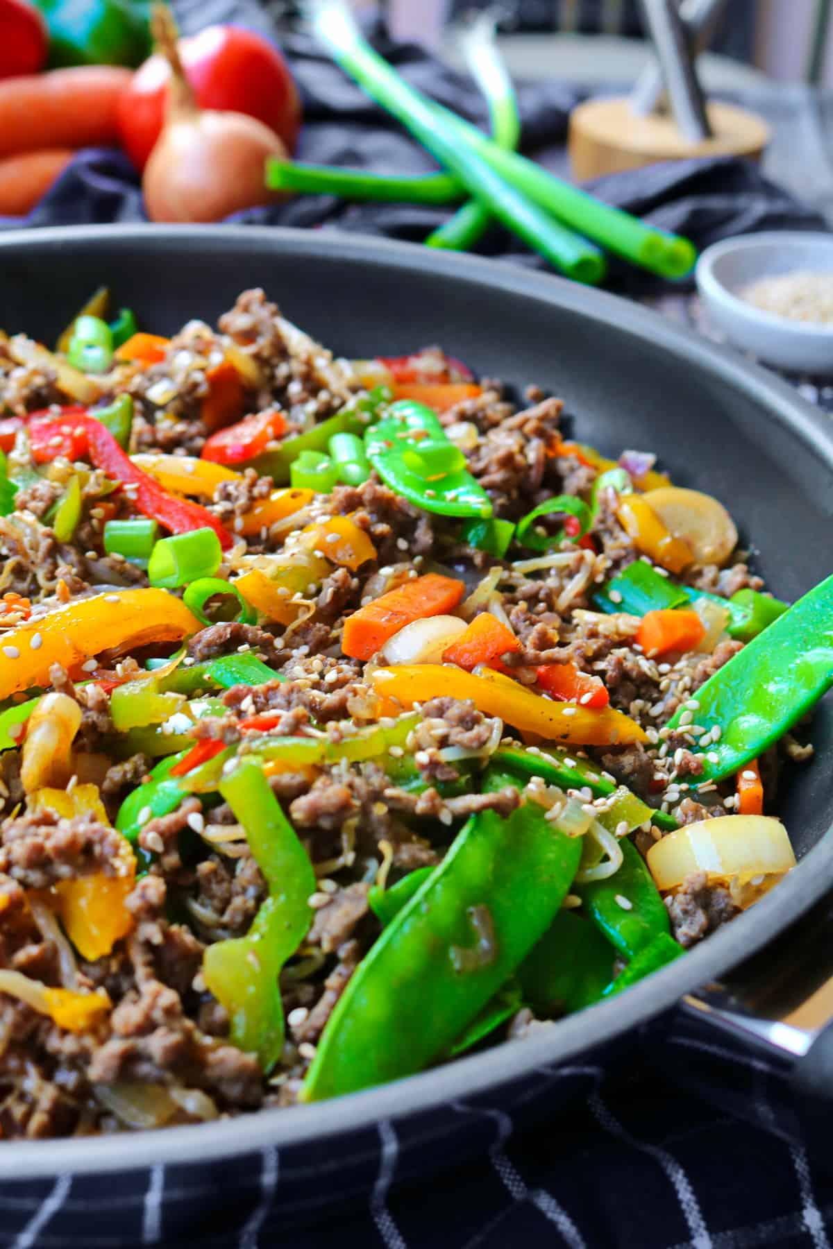 Eine Pfanne mit dem Reispfannen-Gericht mit Gemüse und Rinderhack,