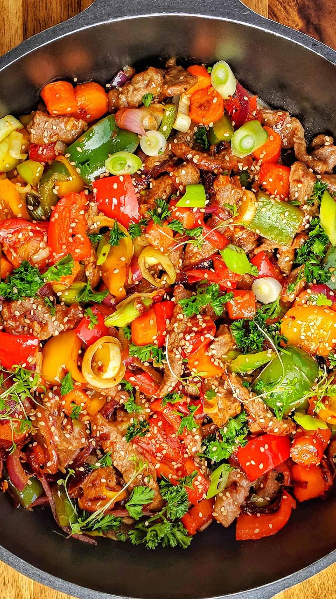 Nahaufnahme einer Pfanne mit Rindergesschnetzeltem und buntem Gemüse.