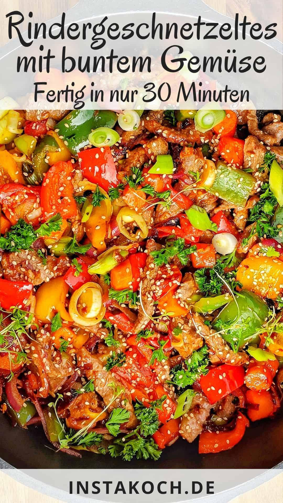 Eine Nahaufnahme einer Pfanne mit Rindergeschnetzeltem und buntem Gemüse.