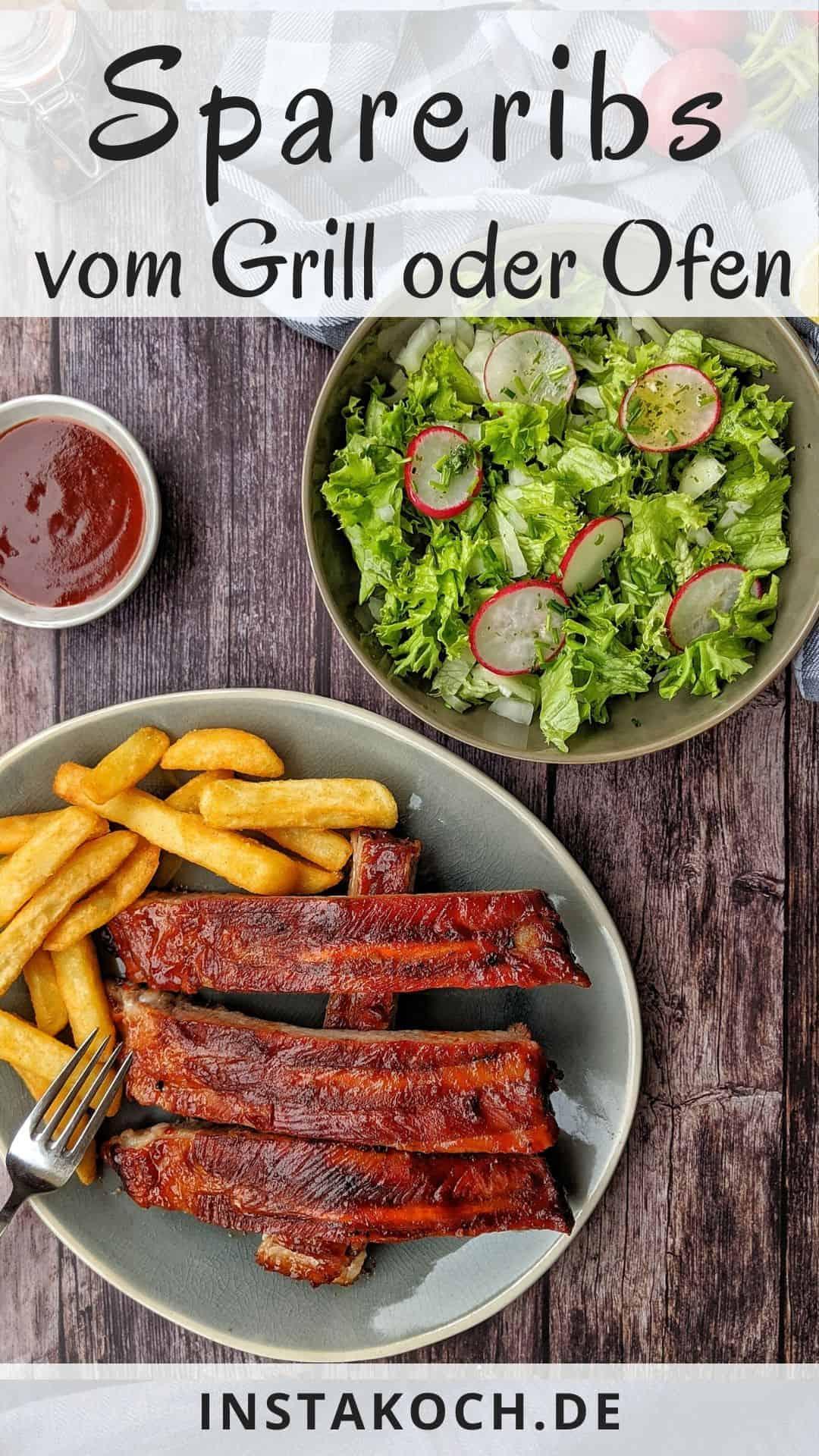 Ein Teller mit Spareribs und Pommes. Daneben eine Schale Salat und ein Schälchen Ketchup.