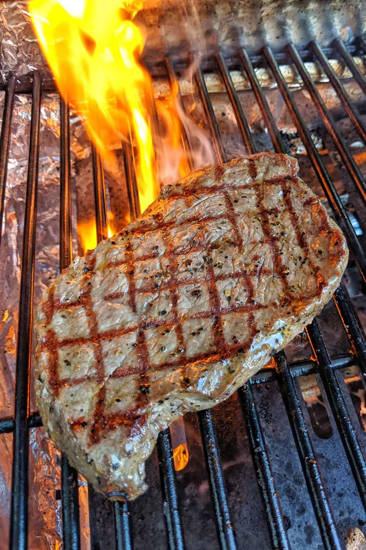 Ein Steak auf einem Grill.