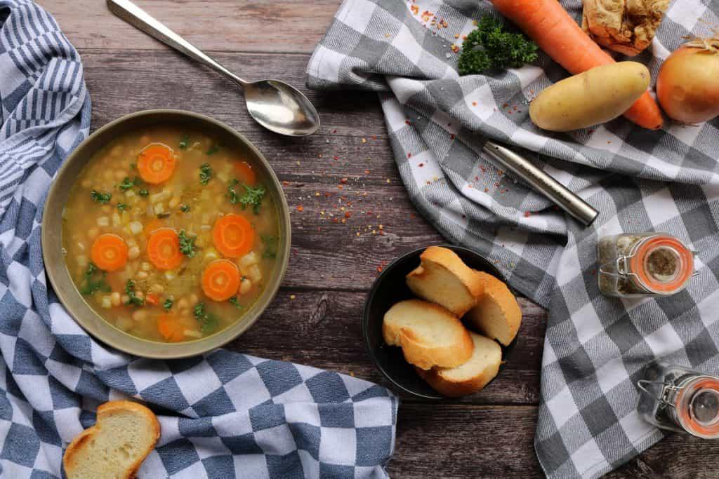 Weisse Bohnensuppe mit Deko und Gemüse.