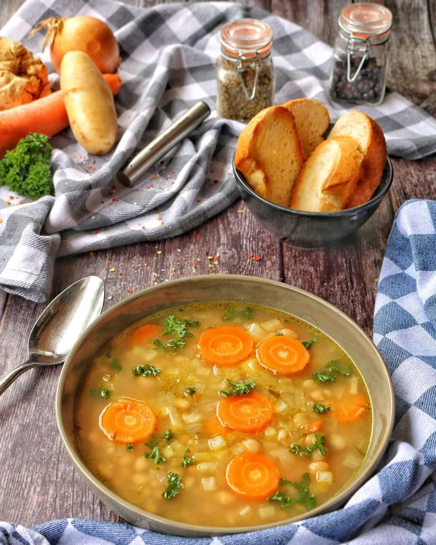 Read more about the article Weiße Bohnensuppe – Vegetarisch