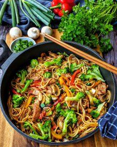 Asiapfanne mit Nudeln Huhn und Brokkoli